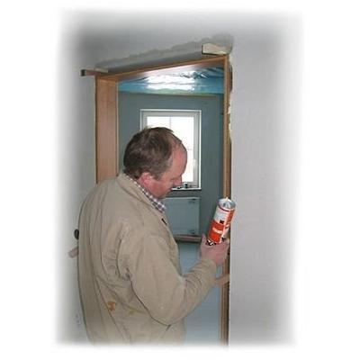 Franz bei der Montage einer Türzarge mit 2 K Montageschaum  so wie sich das gehört.