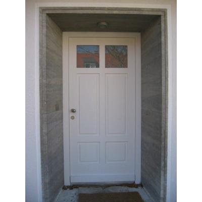 Rahmenhaustüre mit abgeplatteten Füllungen fertig weiß lasiert mit Edelstahl Kugelknopf
