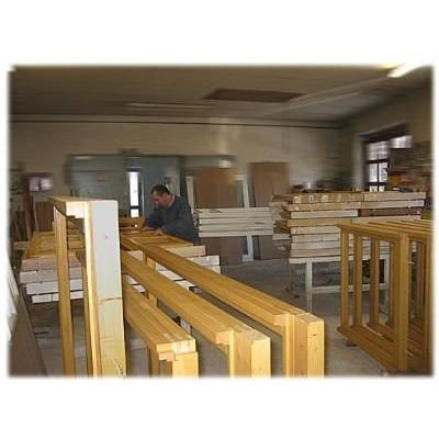 Holzfenster beim Trocknen nach der individuellen  Oberflächenbehandlung in unserer Werkstatt.