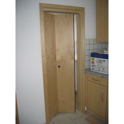 faltbare Zimmertüre ideal wenn der Platz knapp ist  in Ahorn furniert und lackiert